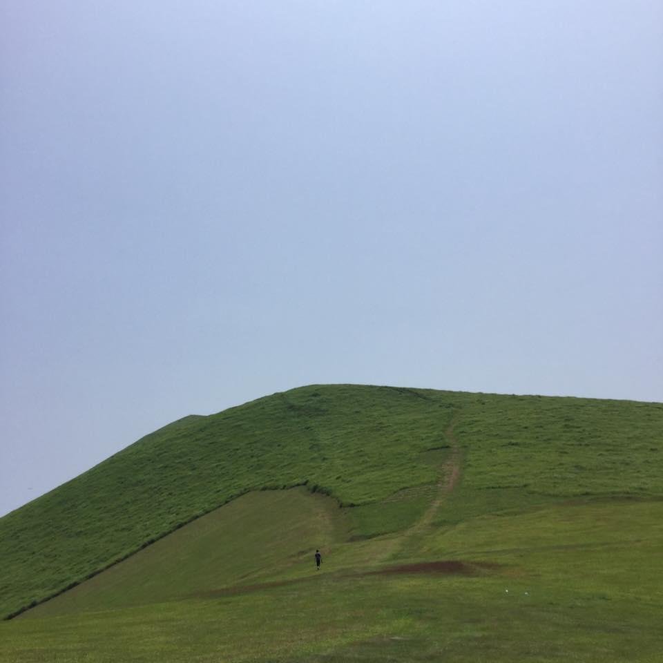 登ってみると緩やな丘陵と芝の柔らかさが心を弾ませます。