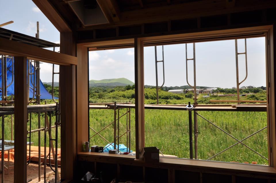 この窓椅子に座って、鬼岳を眺めながら、コーヒーを飲みたい。